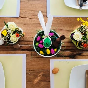 osterbrunch-tischdeko-blumen-gesteck-dessertschale-osternest-osterhasen-smartphoto