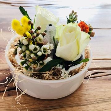 osterbrunch-tischdeko-blumen-gesteck-dessertschale-smartphoto