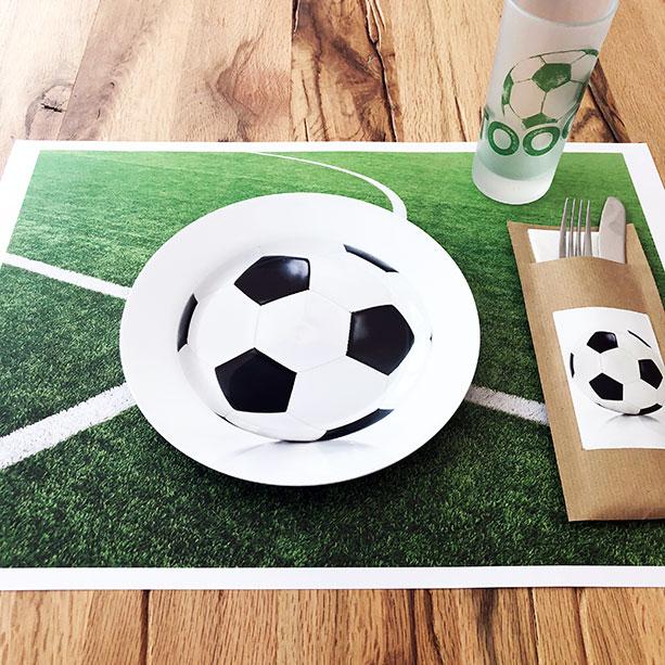 Tischset, Teller, Glas und Besteckbeutel für die WM