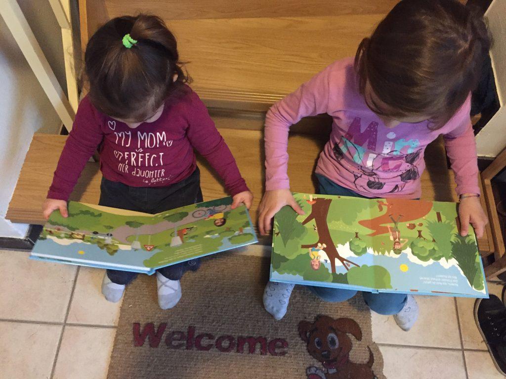 Mädchen lesen personalisierbares Lesebuch mit Foto