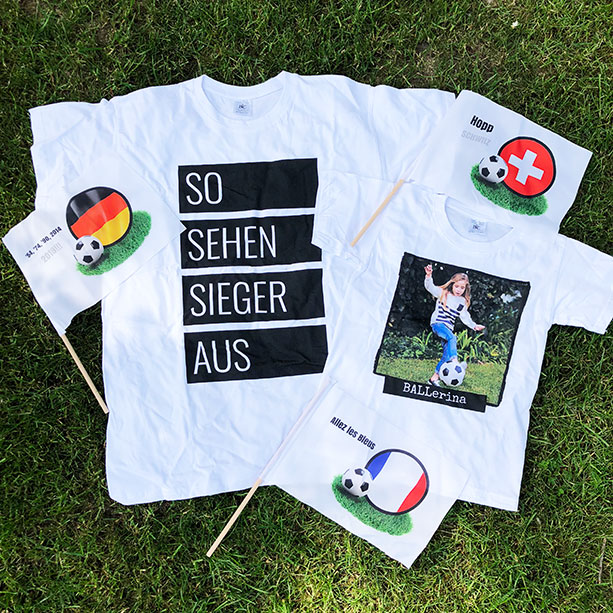 Personalisierbares T-Shirt mit Handfahnen für die WM