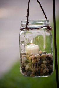 Einmachglas mit Steinen und Kerze als Deko