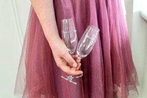 Zwei gravierte Champagnergläser