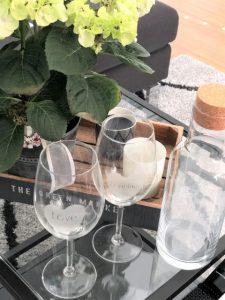 Gravierte Weingläser und gravierte Flasche