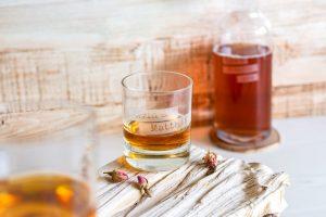 Graviertes Whiskyglas mit gravierter Flasche