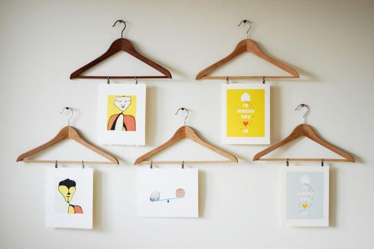 Kleiderbügel mit aufgehängten Kinderzeichnungen
