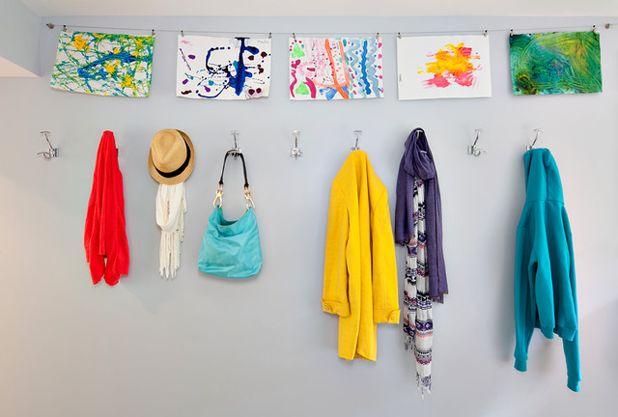 Wäscheleine mit aufgehängten Kinderzeichnungen
