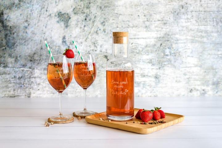 Gravierte Flasche mit gravierten Gläsern