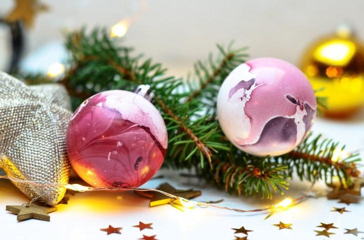 Weihnachtskugeln dekoriert mit Nagellack
