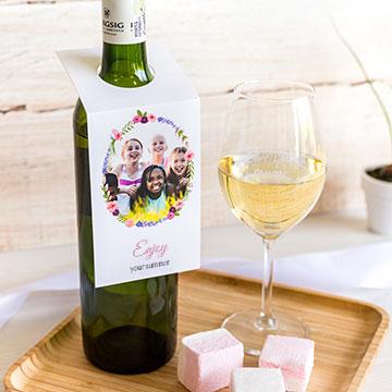 Weinflasche mit personalisiertem Flaschenanhänger als Geschenk für Lehrer
