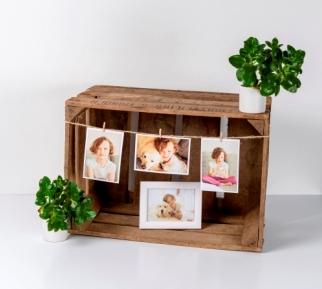 Photos dans une caisse en bois