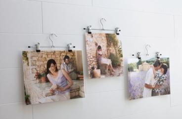 Photos suspendues à des cintres