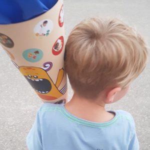 Enfant avec cornet d'école