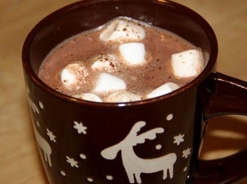 Mug de chocolat chaud aux marshmallows
