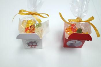 Boîtes avec sachets de bonbons