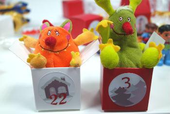 Boîtes avec petits jouets pour calendrier de l'Avent