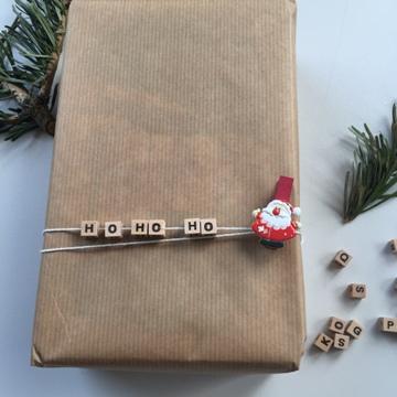 Emballage cadeau de Noël avec lettres en bois