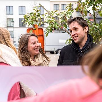 Jeunes femmes abordant un passant pour un enterrement de vie de jeune fille