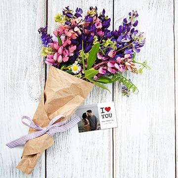 Blumenstrauss mit Karte zum Valentinstag