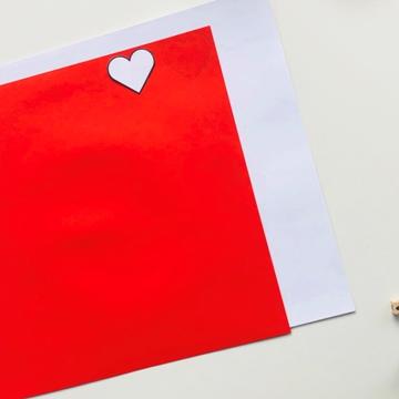 Coeur découpé dans du papier origami
