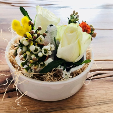 Décoration florale dans un bol céramique