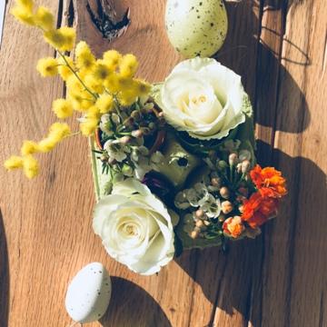 Décoration florale dans une boîte à œufs