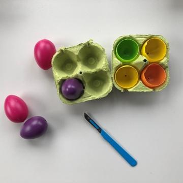 Boîte à œufs avec œufs en plastique coupés en deux