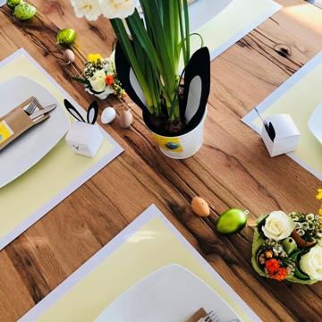 Table pascale avec décoration florale