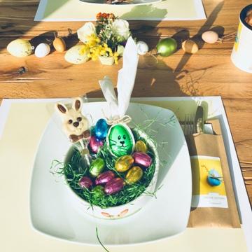 Nid de Pâques dans un bol en céramique
