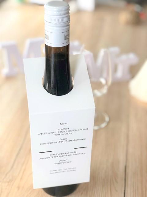 Menu de mariage sur étiquette surprise pour bouteille