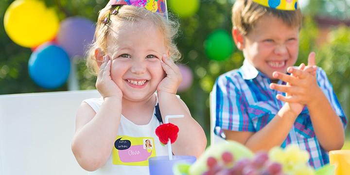 Meisje met naamsticker op verjaardagsfeestje