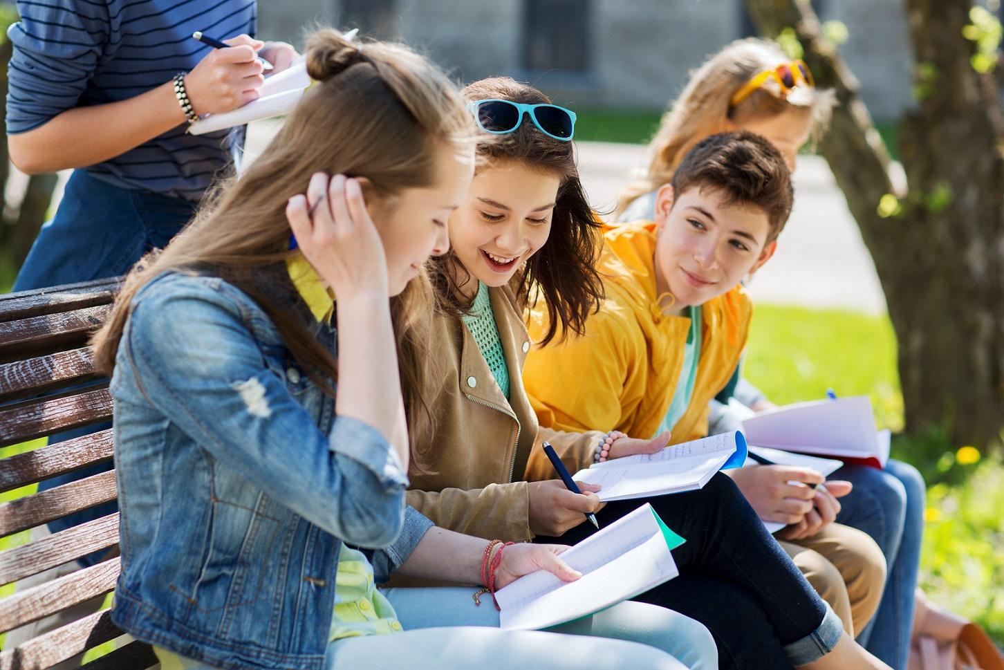 tieners met schoolspullen