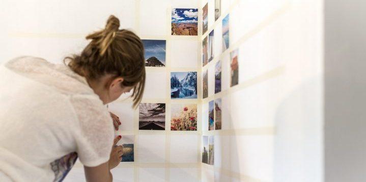 Fotocollage op de muur met losse fotoafdrukken