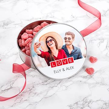 valentijnscadeau om zelf te maken - koekjestrommel met hartvormige snoepjes