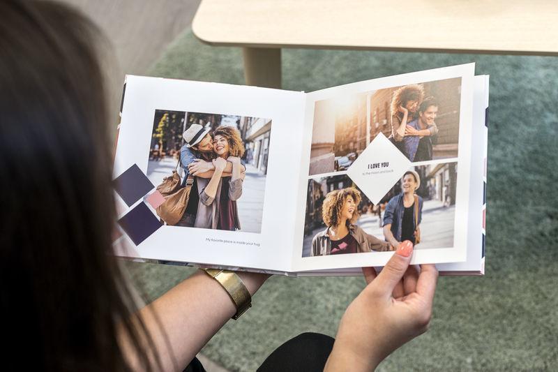 Vrouw bekijkt een fotoboek.