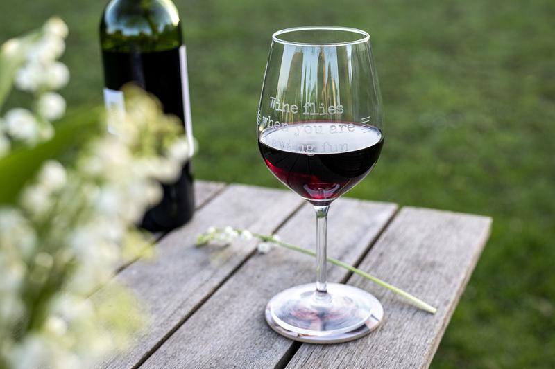 Wijnglas gevult met rode wijn.