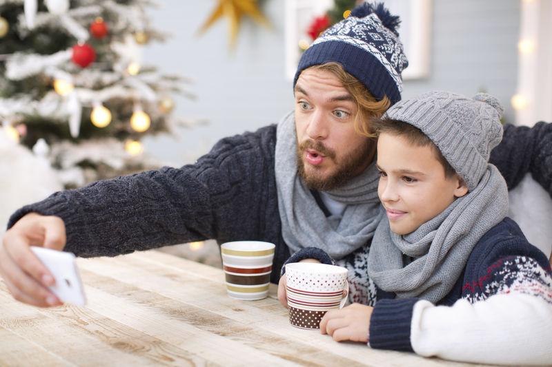 Tips om een veilig kerstfeest te organiseren: symptomen? Vier van thuis mee