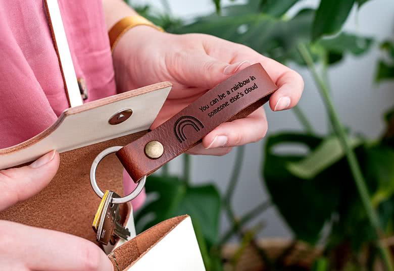 Idée cadeau de dernière minute personnalisé porte clé en cuir avec design et texte gravé