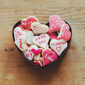 Heart shaped cookie tin with cookies