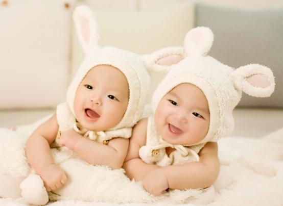Photos de bébé avec des accessoires rigolos