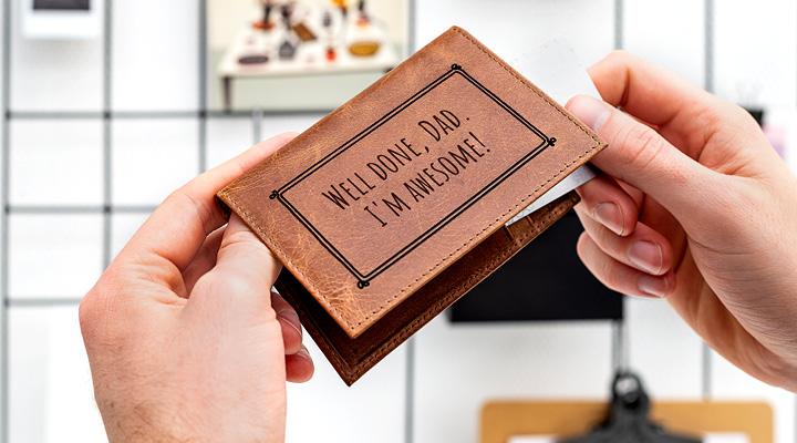 porte-cartes en cuir personnalisé avec une citation
