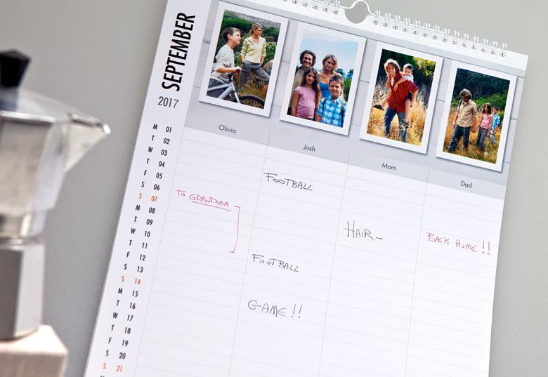 Agenda familal avec une page par mois et une colonne par membre de la famille. Personnalisé avec vos photos sur smartphoto.