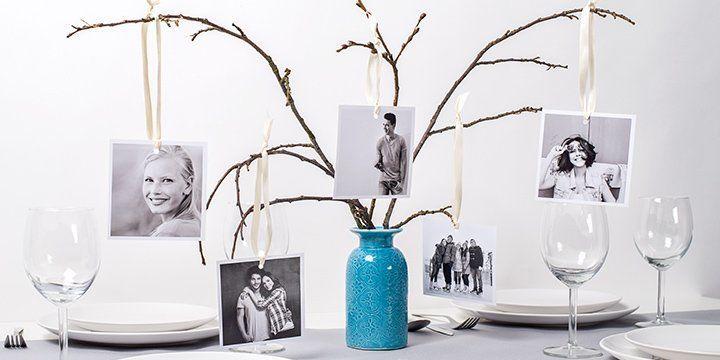 3 branches darbre dans un vase coloré, sur lesquelles sont suspendues des photos carrées rétro.