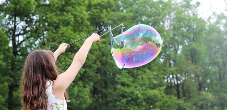 Jeune fille jouant avec des bulles de savon géantes