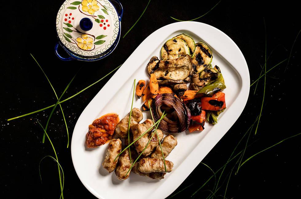Традиционни кебапчета с гриловани зеленчуци снимка