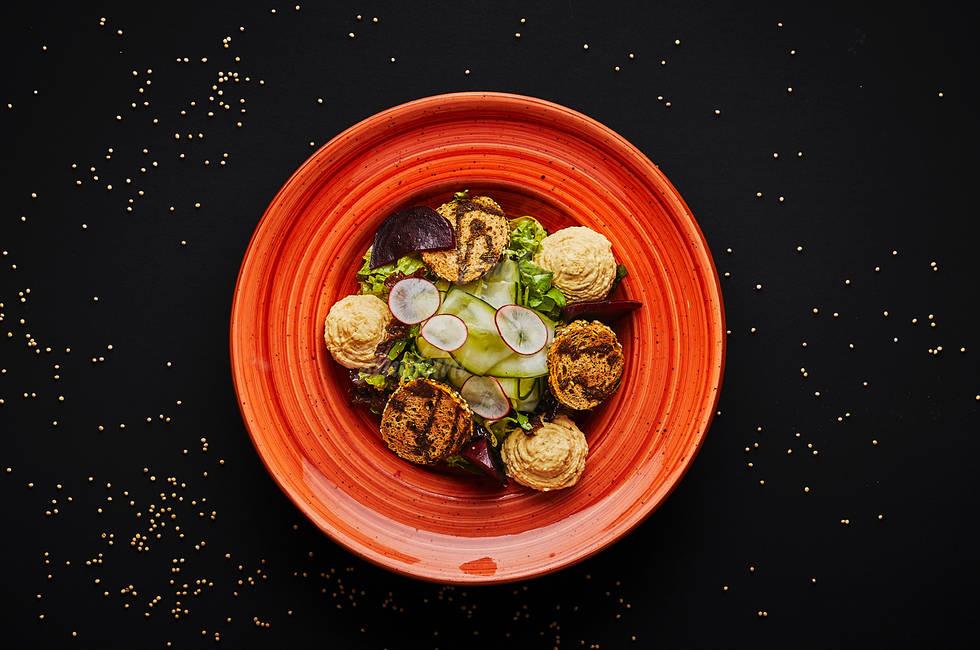 Хумус с печено цвекло и мариновани краставици снимка