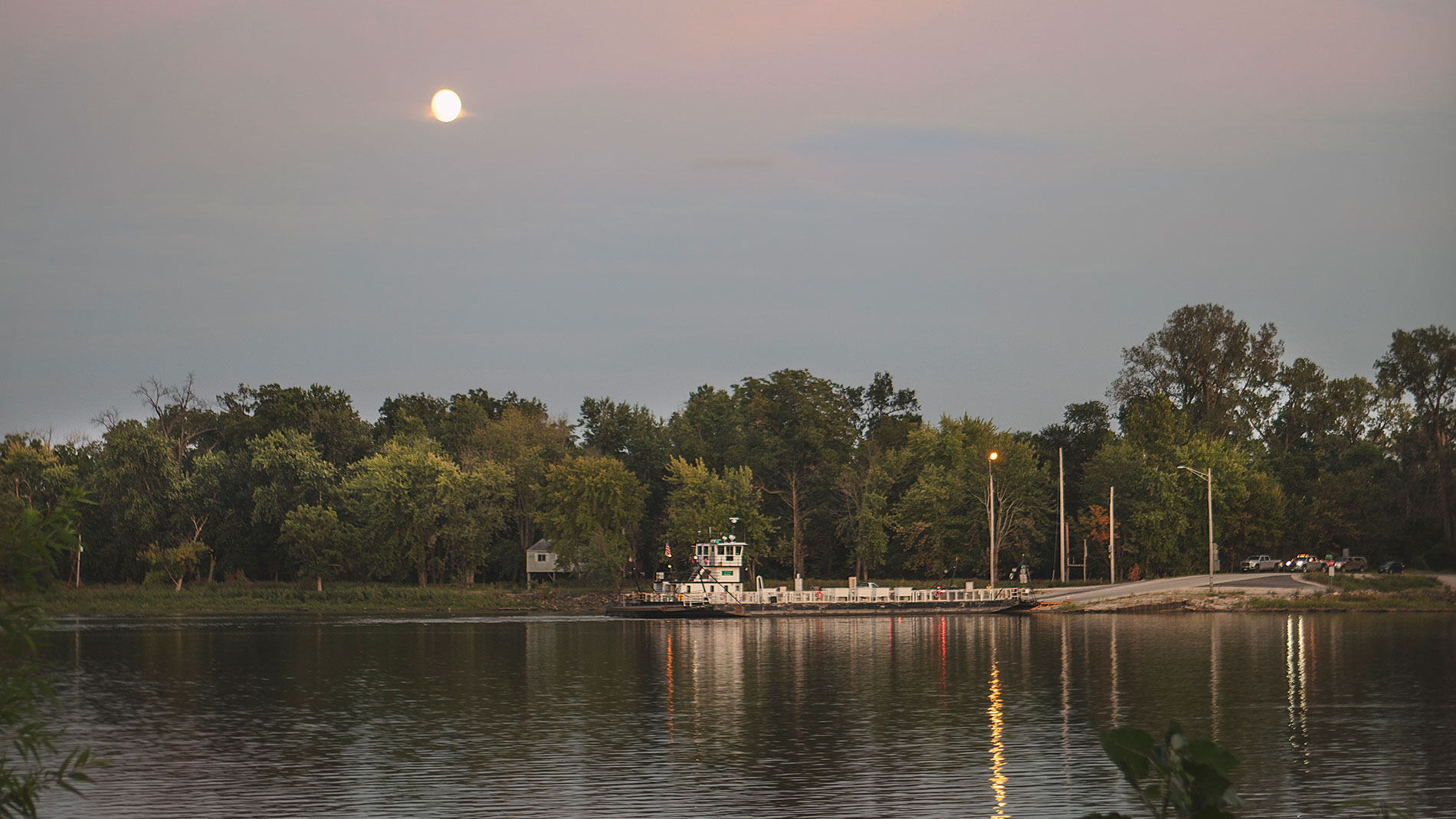 the brussels ferry makes its way across the illinois river between calhoun and jersey counties