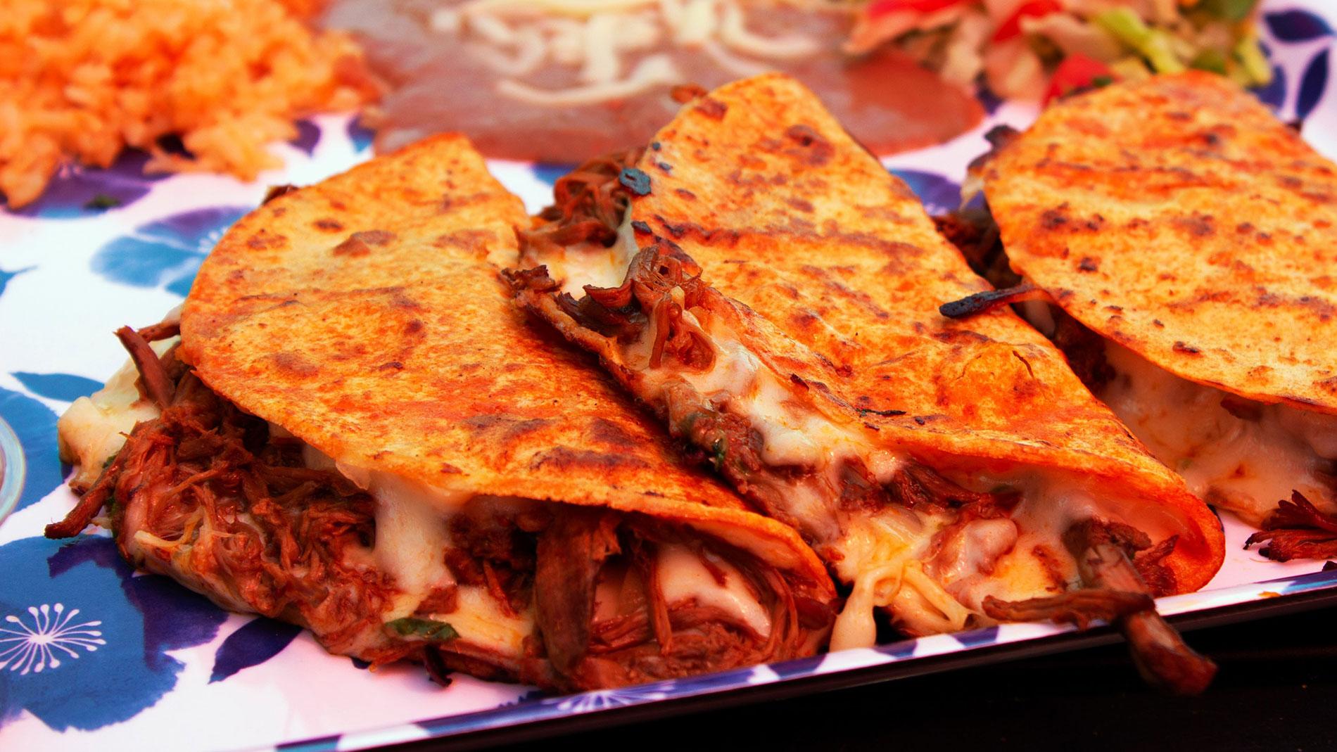birria tacos from casa de tres reyes in des peres