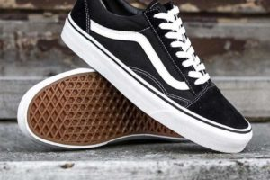 Review: Vans Old Skool Black, debut of the Sidestripe