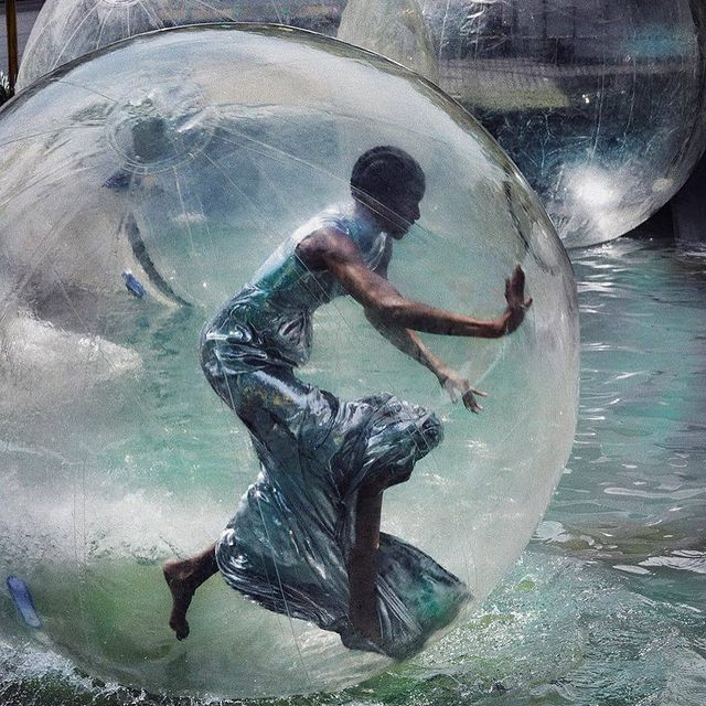 This is Haute Couture inside a water bubble 💦  (Fyi not easy at all ! The biggest workout I had this year 😂 - video on next slide)